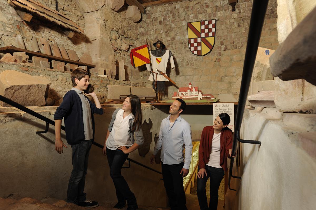 Besucher auf der Treppe zum Burgmuseum; Foto: Staatliche Schlösser und Gärten Baden-Württemberg, Niels Schubert