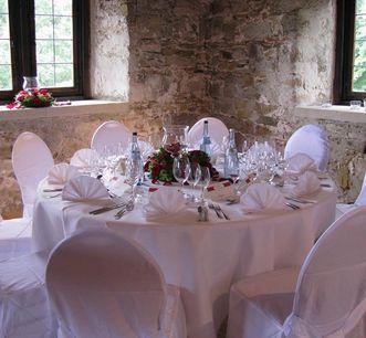 Festlich gedeckter Tisch in der Burg; Foto: Gottwik