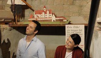 Besucher im Museum der Hochburg bei Emmendingen im einstigen Vorratskeller; Foto: Staatliche Schlösser und Gärten Baden-Württemberg, Niels Schubert