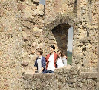 Besucher stehen in der Ruine des Renaissanceschlosses der Hochburg bei Emmendingen