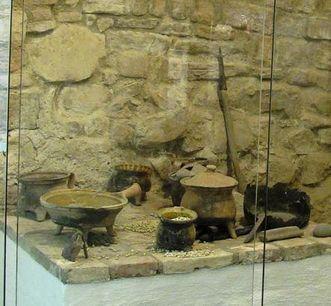 Detail der Küchenecke in der Ausstellung im Gewölbekeller der Hochburg bei Emmendingen; Foto: Staatliche Schlösser und Gärten Baden-Württemberg, Corinna Greb