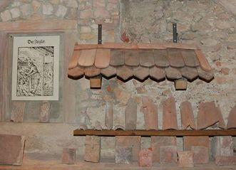 Originale Dachziegel am Zugang zum Museum der Hochburg bei Emmendingen; Foto: Axel Brinkmann