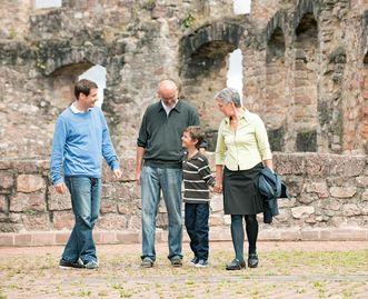Besucher in der Ruine; Foto: Staatliche Schlösser und Gärten Baden-Württemberg, Niels Schubert