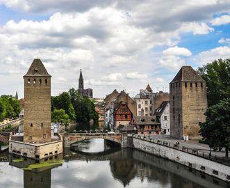 Ansicht auf zwei Türme der Gedeckten Brücken (Ponts couverts) in Straßburg, Teil der ehemaligen Stadtbefestigung am Eintritt der Ill in das Stadtzentrum, im Hintergrund der Münsterturm