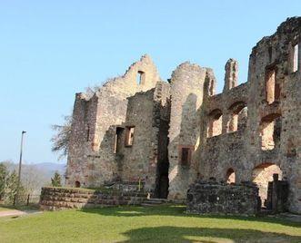 Reste des zweiten Bergfrieds am Nordende der Oberburg der Hochburg bei Emmendingen
