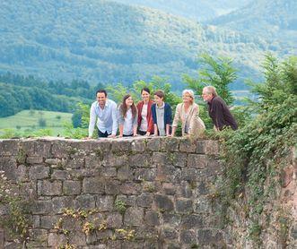 Besucher an einer Mauer der Hochburg bei Emmendingen; Foto: Staatliche Schlösser und Gärten Baden-Württemberg, Niels Schubert