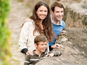 Junge Familie bei Burgbesuch