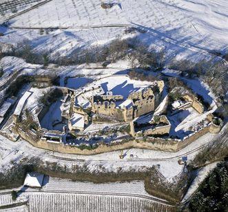 Luftansicht der Hochburg bei Emmendingen von Osten mit äußerem Wall und Bastionen