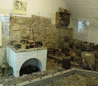 Die Küchenecke im Museum der Hochburg bei Emmendingen im einstigen Vorratskeller