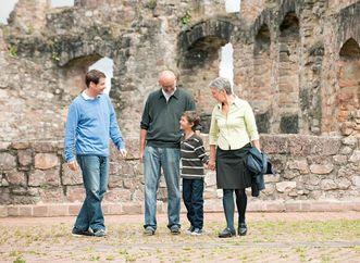 Besucher in der Ruine